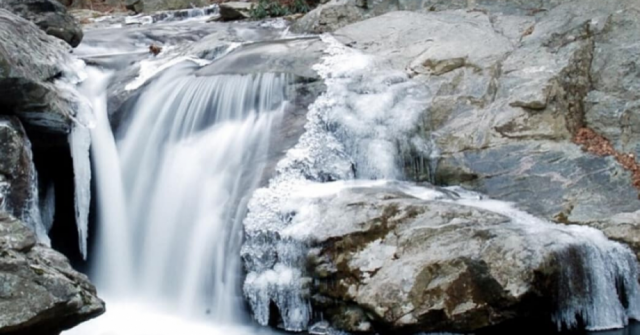 Carolina waterfalls to visit in the Winter | Frozen waterfall